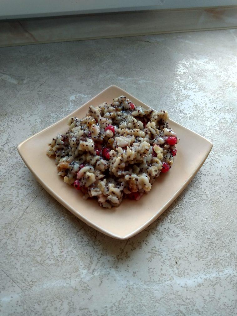 Фото рецепта - Сладкая овсянка с ягодами, изюмом, орехами и медовой заливкой - шаг 9