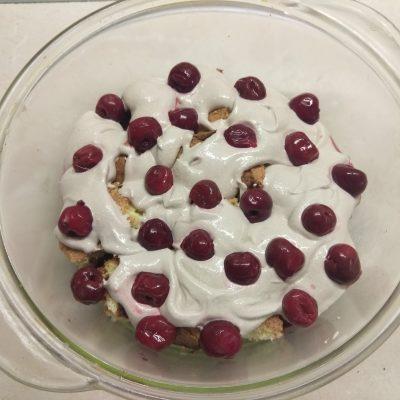 Фото рецепта - Трайфл из бисквита с вишней и творожным кремом - шаг 8