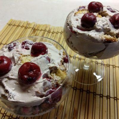 Фото рецепта - Трайфл из бисквита с вишней и творожным кремом - шаг 9
