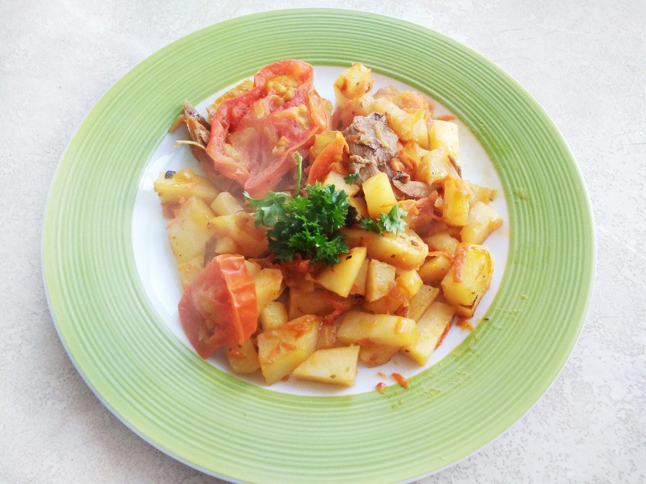 Быстрое картофельное рагу с мясом курицы на сковороде