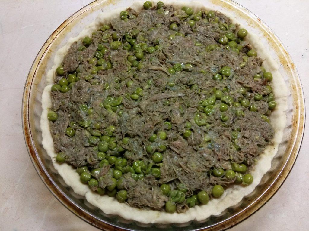 Фото рецепта - Пирог Киш с зеленым горошком и свининой - шаг 6