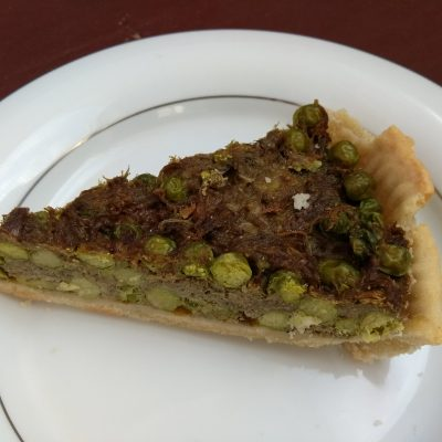 Фото рецепта - Пирог Киш с зеленым горошком и свининой - шаг 7