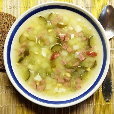 Картофельный суп с салями, солёными огурчиками и яйцом - рецепт с фото