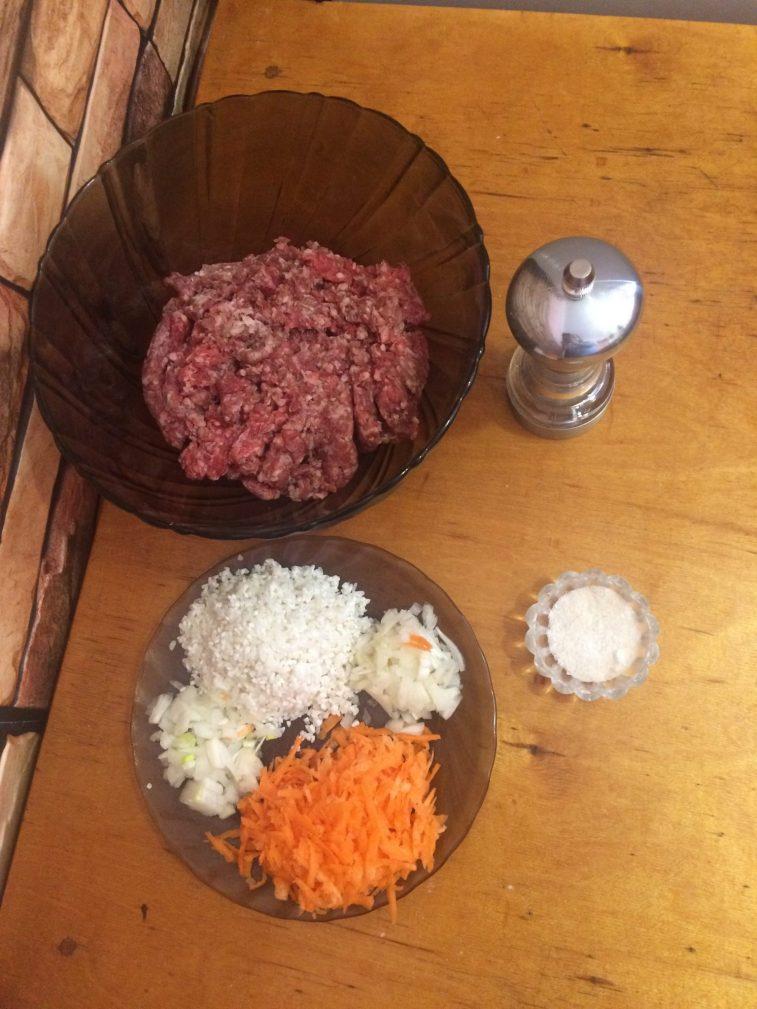 Фото рецепта - Мясные шарики с рисом в сметанном соусе - шаг 1