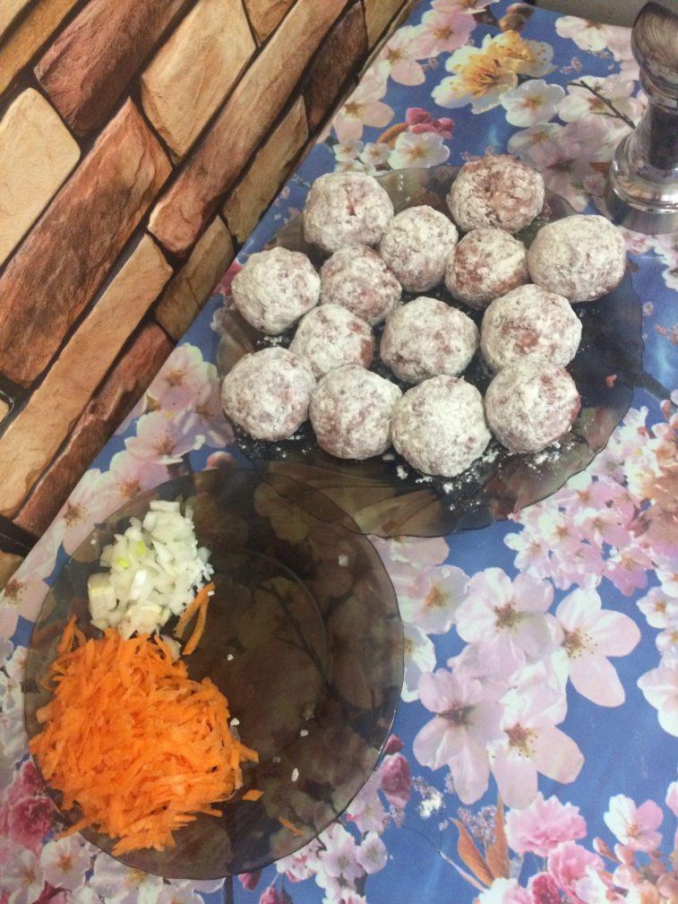 Фото рецепта - Мясные шарики с рисом в сметанном соусе - шаг 3