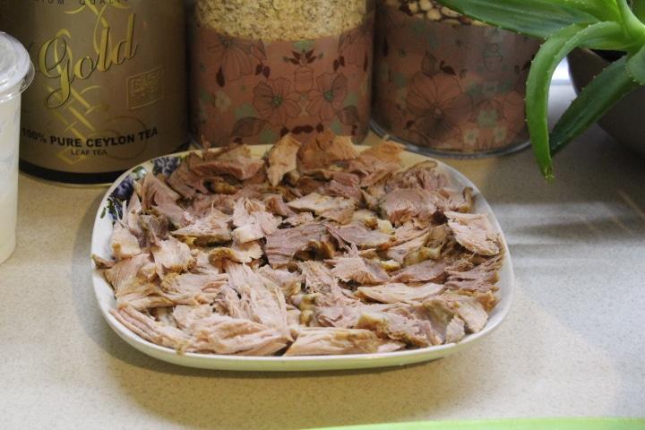 Фото рецепта - Мясной салат с маринованным луком - шаг 4