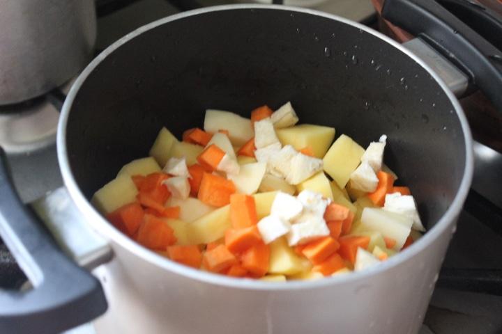 Фото рецепта - Пряный суп с кореньями и грибами - шаг 1