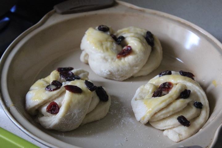 Фото рецепта - Пышные дрожжевые булочки с клюквой - шаг 6