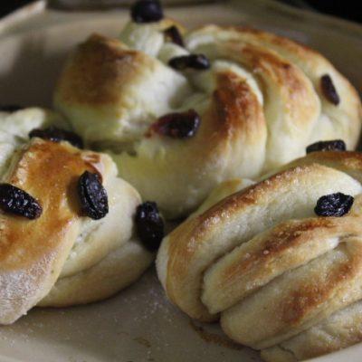 Фото рецепта - Пышные дрожжевые булочки с клюквой - шаг 7