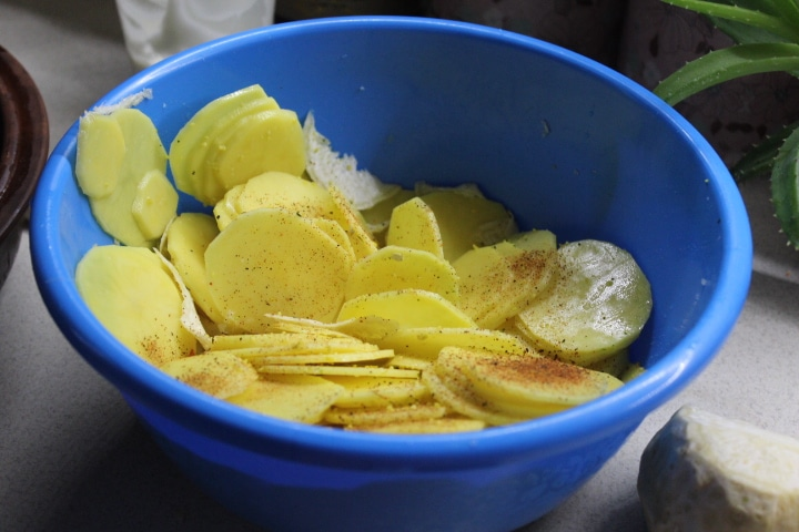 Фото рецепта - Картофельный гратен с чесночным соусом и сельдереем - шаг 4