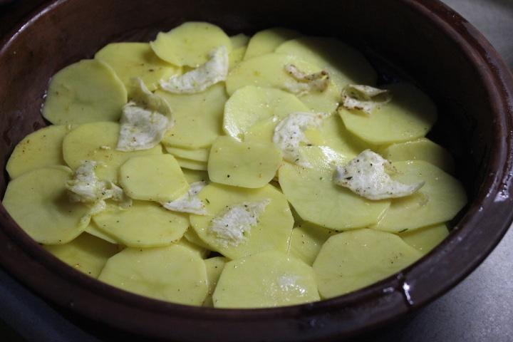 Фото рецепта - Картофельный гратен с чесночным соусом и сельдереем - шаг 5