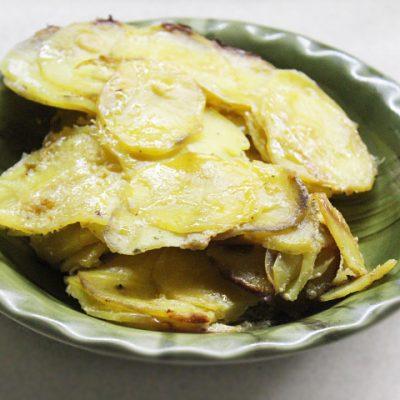 Картофельный гратен с чесночным соусом и сельдереем - рецепт с фото