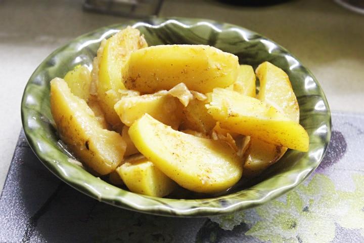 Запеченная картошка с корневым сельдереем – вкусный и нежный гарнир