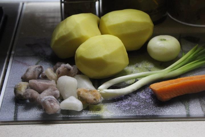 Фото рецепта - Пикантный суп с морепродуктами и макаронами - шаг 1