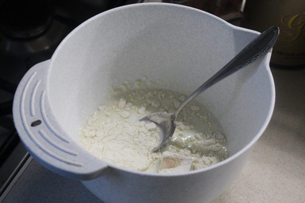 Фото рецепта - Луковые дрожжевые булочки с сыром - шаг 1