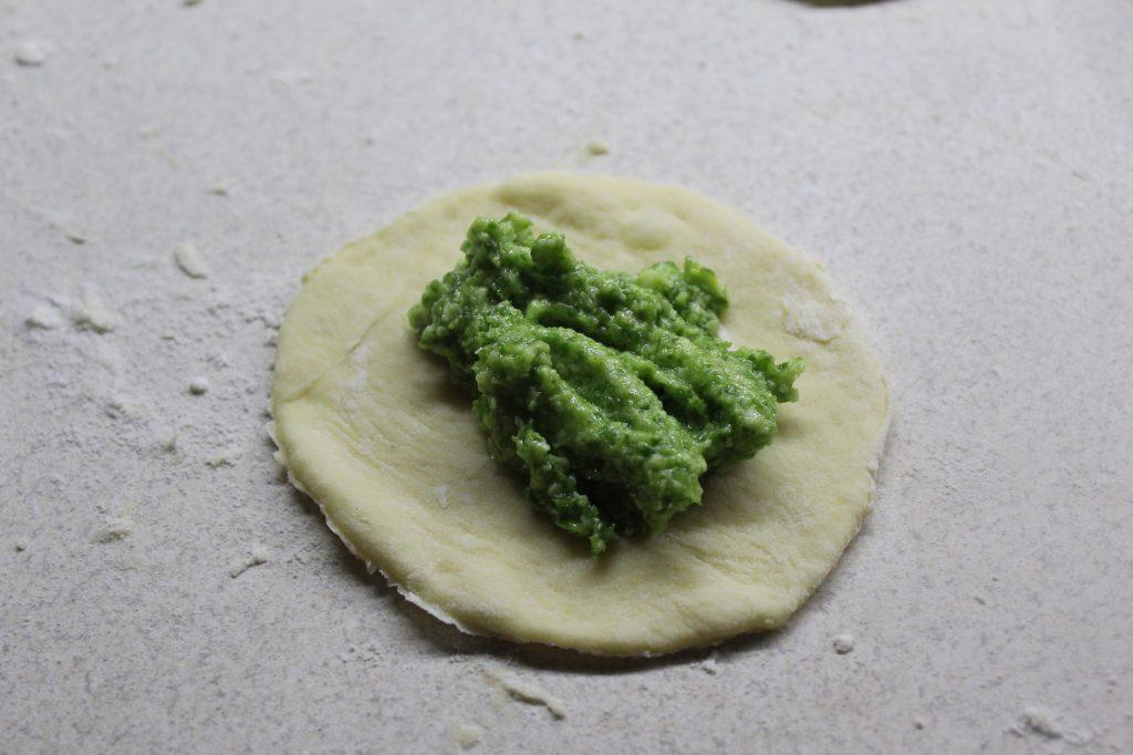 Фото рецепта - Луковые дрожжевые булочки с сыром - шаг 9