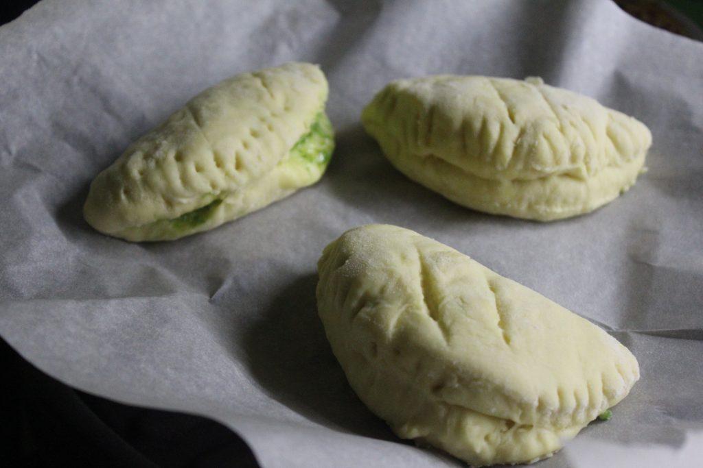 Фото рецепта - Луковые дрожжевые булочки с сыром - шаг 10