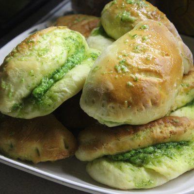 Луковые дрожжевые булочки с сыром - рецепт с фото
