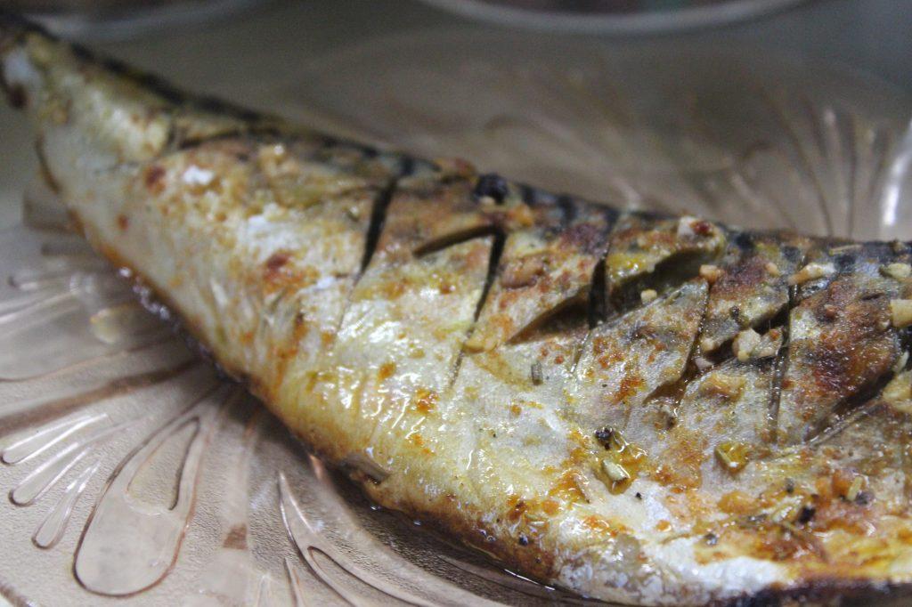 Фото рецепта - Пикантная скумбрия с чесноком в фольге - шаг 6