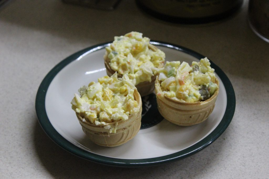 Фото рецепта - Салат со снежным крабом в тарталетках - шаг 8