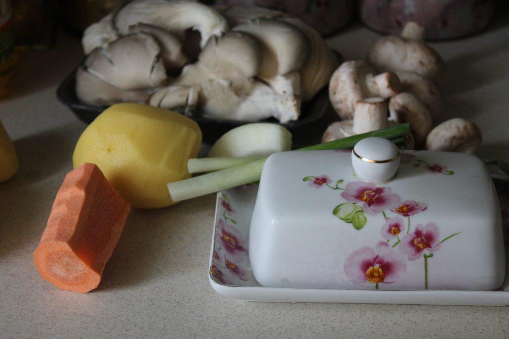 Фото рецепта - Нежный весенний суп с вешенками и овощами - шаг 1
