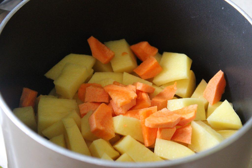 Фото рецепта - Нежный весенний суп с вешенками и овощами - шаг 2