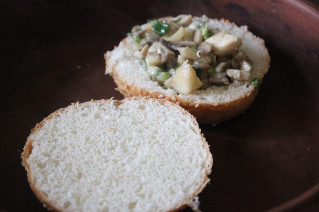 Фото рецепта - Жульен в булочках к завтраку (грибы-курица-сыр) - шаг 5