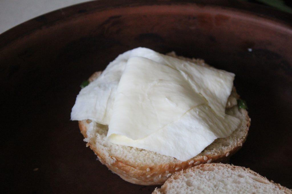 Фото рецепта - Жульен в булочках к завтраку (грибы-курица-сыр) - шаг 6