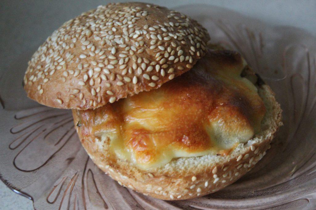 Фото рецепта - Жульен в булочках к завтраку (грибы-курица-сыр) - шаг 7