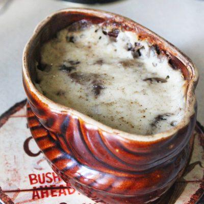 Грибной французский жульен с курицей и соусом бешамель - рецепт с фото