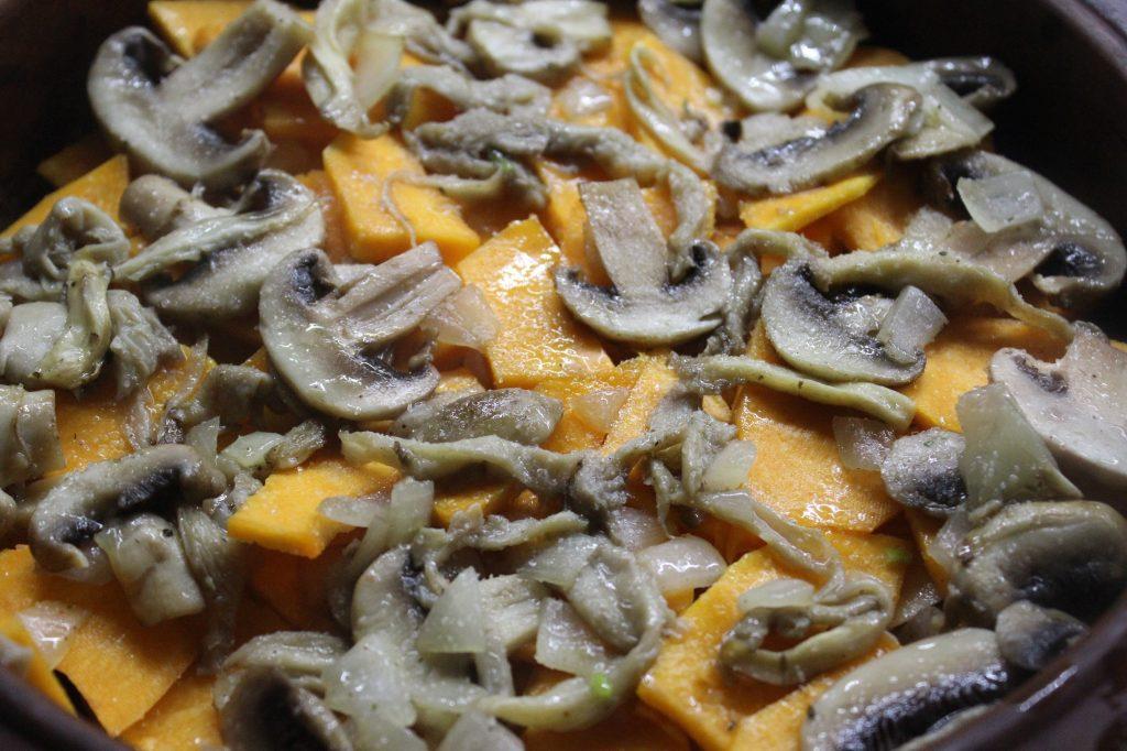 Фото рецепта - Запеканка из картофеля и тыквы с вешенками и шампиньонами - шаг 7