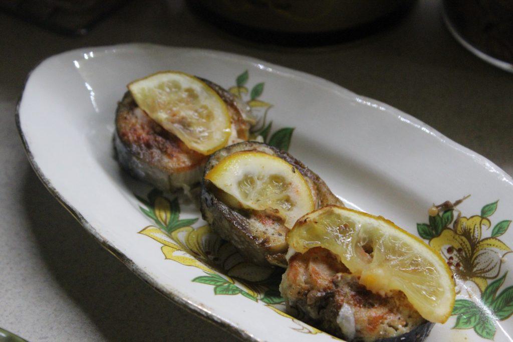 Фото рецепта - Запеченная скумбрия в лимонах с белым перцем - шаг 4