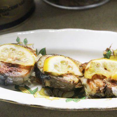 Запеченная скумбрия в лимонах с белым перцем - рецепт с фото