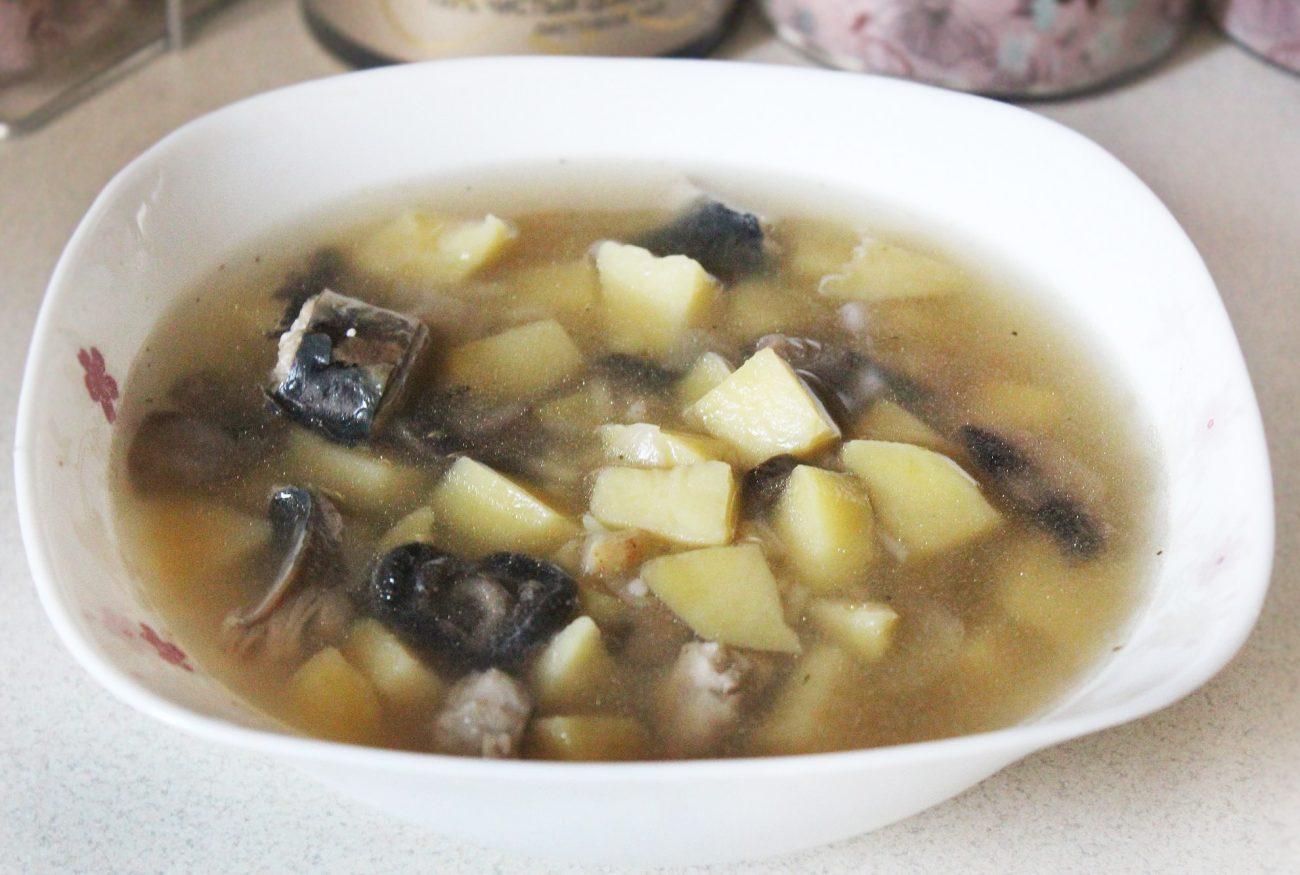 Пикантный рыбный суп с грибами и сельдереем