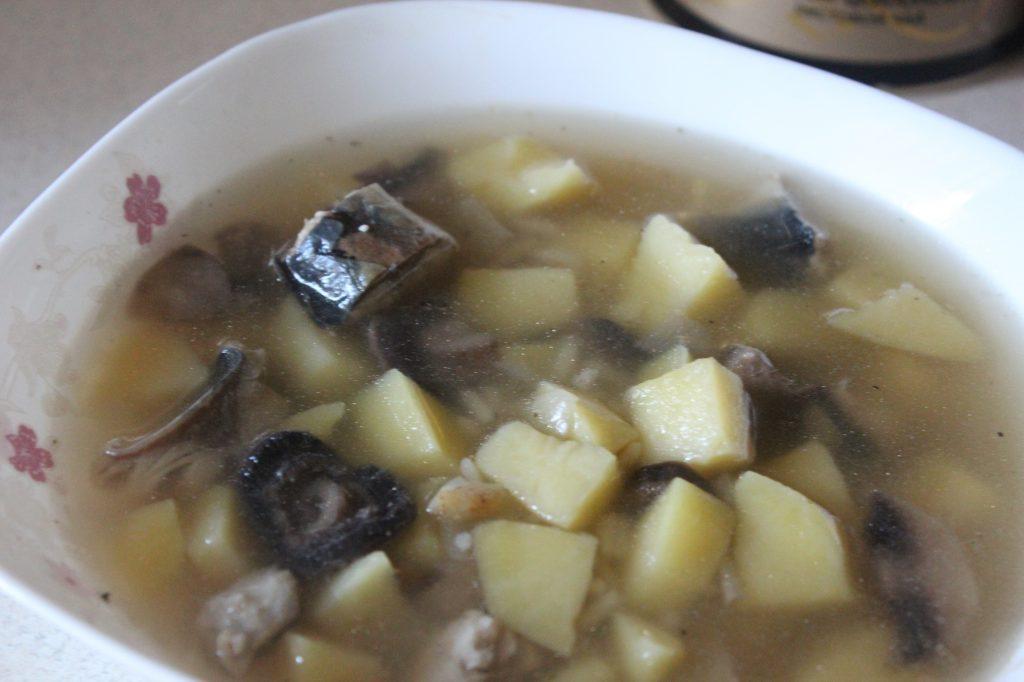 Фото рецепта - Пикантный рыбный суп с грибами и сельдереем - шаг 5