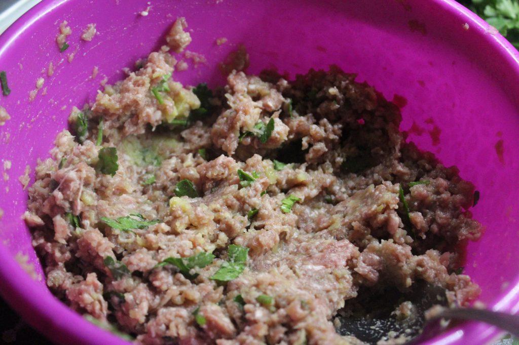 Фото рецепта - Фрикадельки в сметанном соусе с грибами - шаг 2