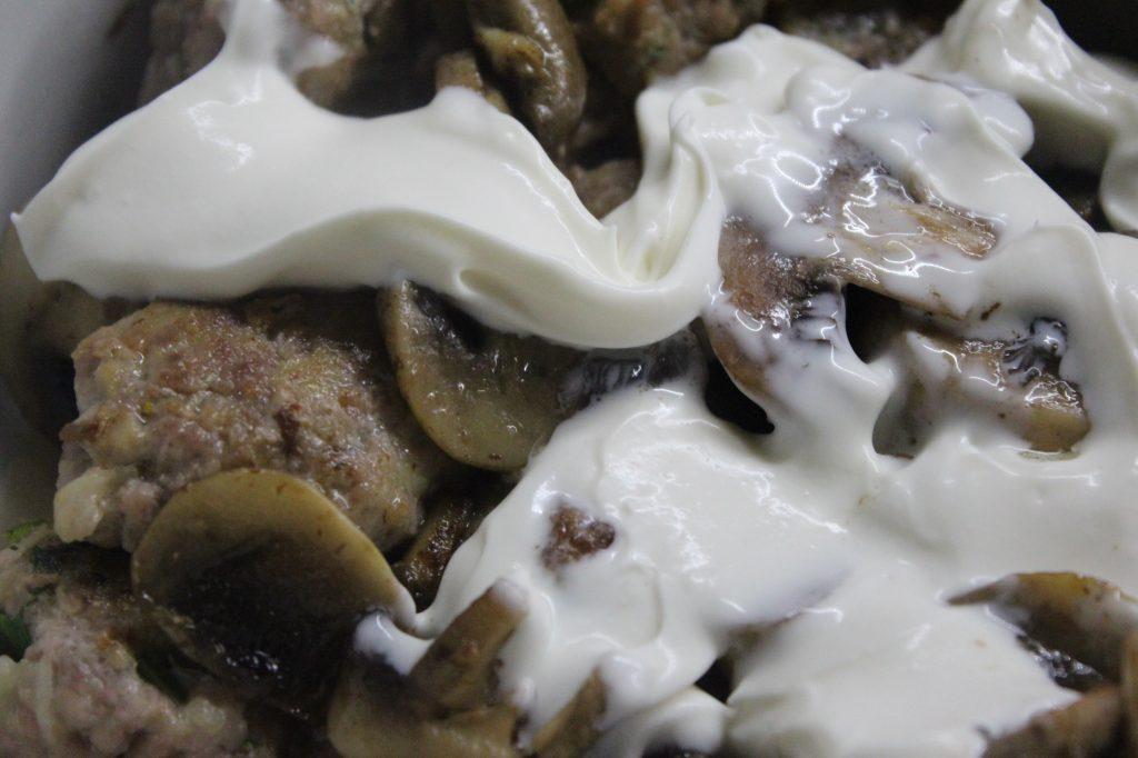 Фото рецепта - Фрикадельки в сметанном соусе с грибами - шаг 6