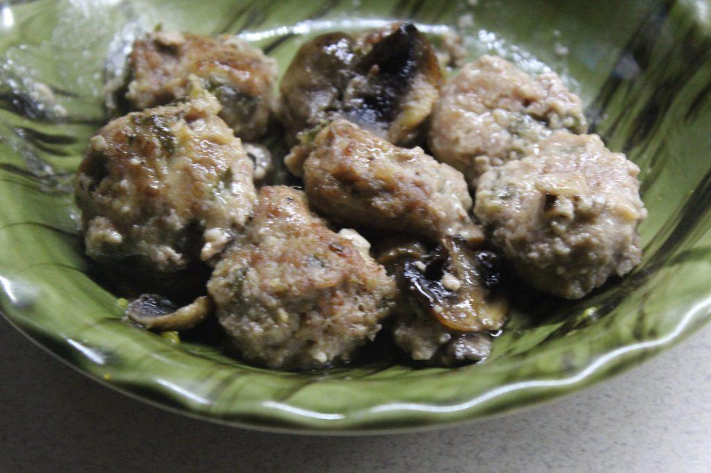 Фото рецепта - Фрикадельки в сметанном соусе с грибами - шаг 7