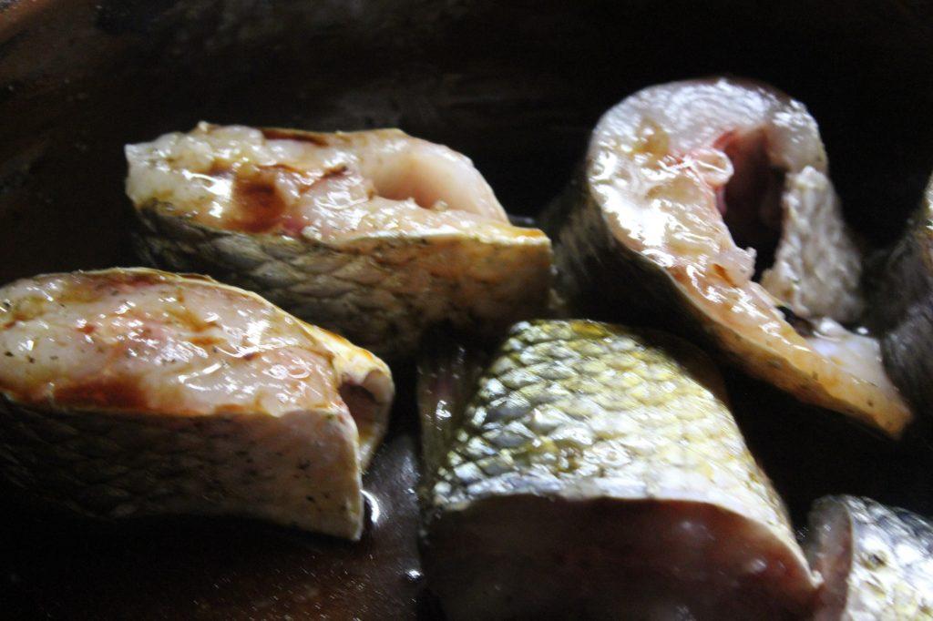 Фото рецепта - Запеченная кефаль в соевом соусе с картофелем - шаг 4