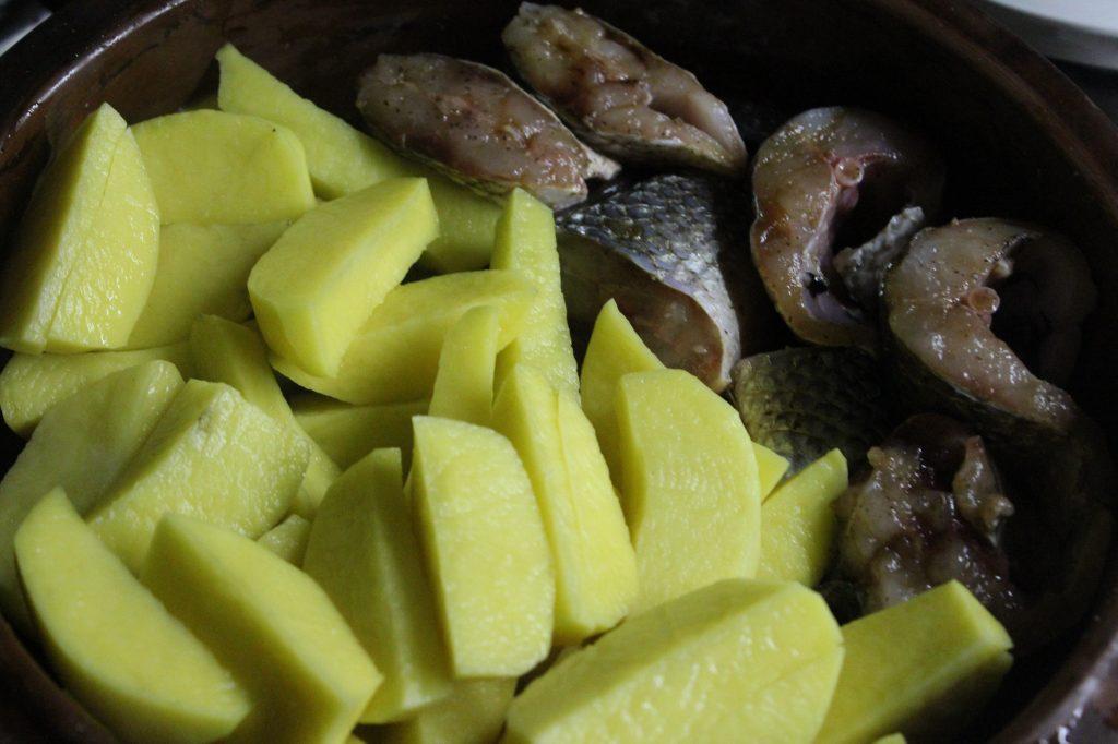 Фото рецепта - Запеченная кефаль в соевом соусе с картофелем - шаг 5