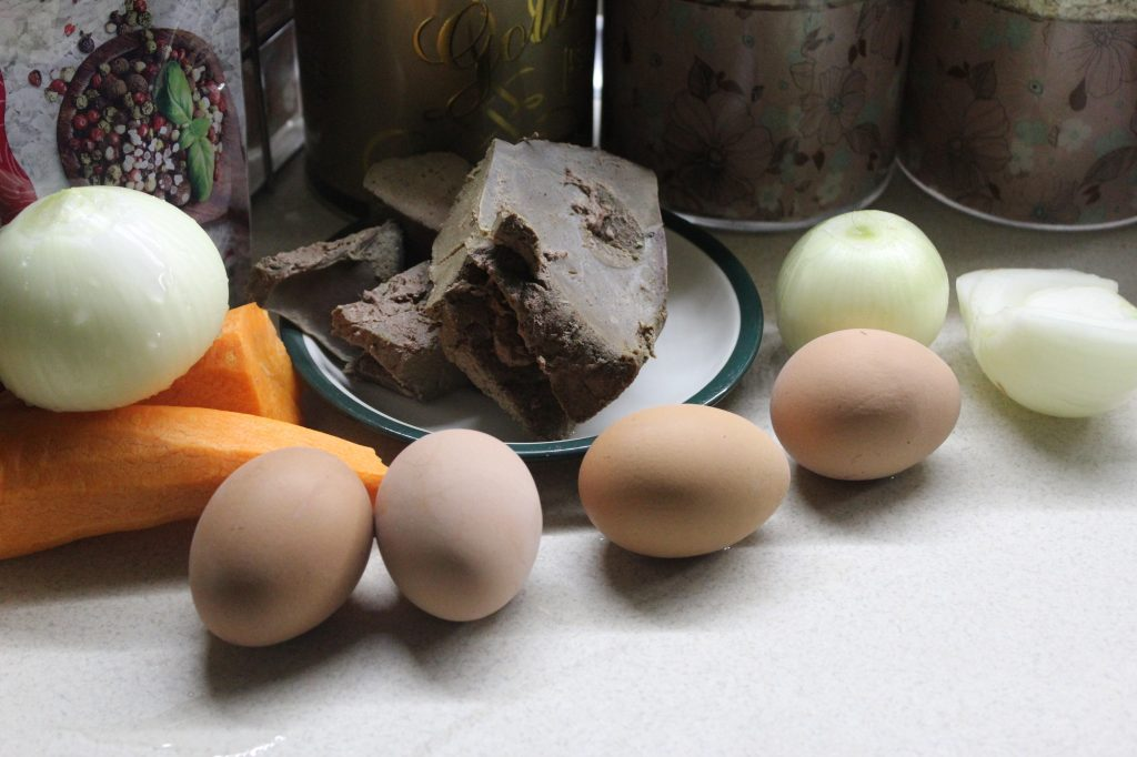 Фото рецепта - Печеночный салат с овощами и яйцами - шаг 1