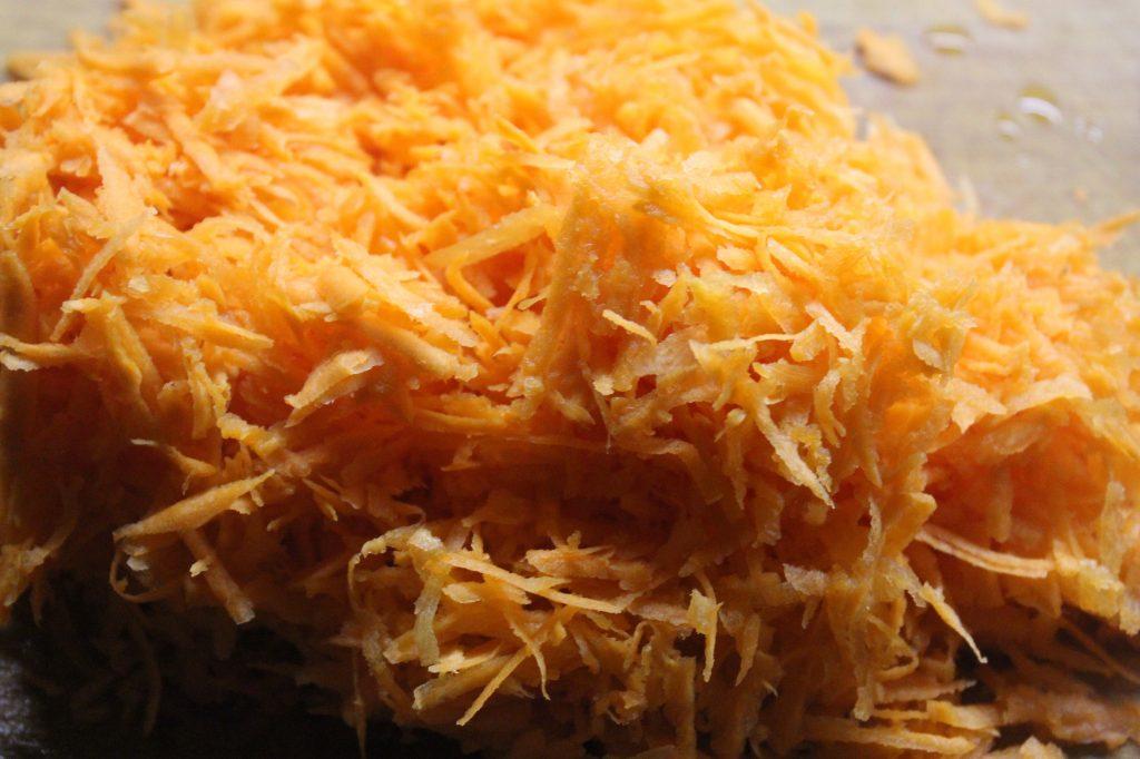Фото рецепта - Печеночный салат с овощами и яйцами - шаг 4