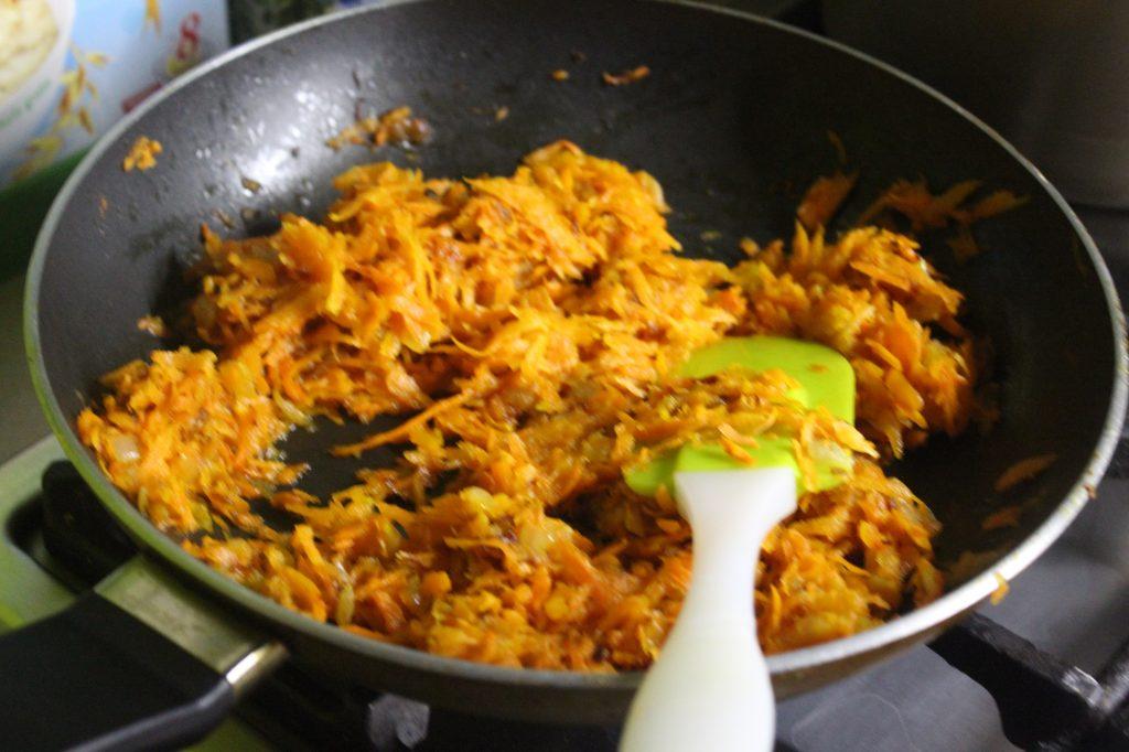 Фото рецепта - Печеночный салат с овощами и яйцами - шаг 5