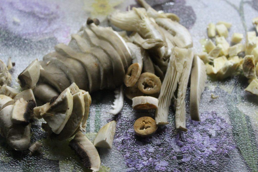 Фото рецепта - Сытный суп с пельменями, грибами и зеленью - шаг 2