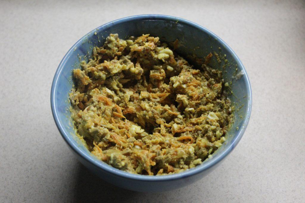 Фото рецепта - Печеночный салат с овощами и яйцами - шаг 8