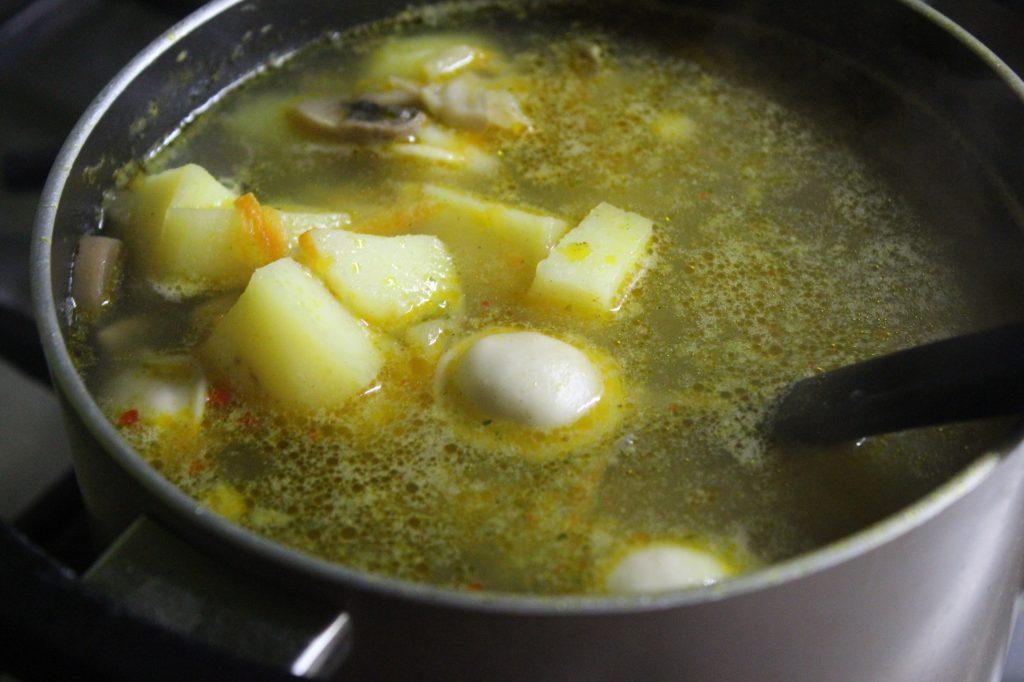 Фото рецепта - Сытный суп с пельменями, грибами и зеленью - шаг 3
