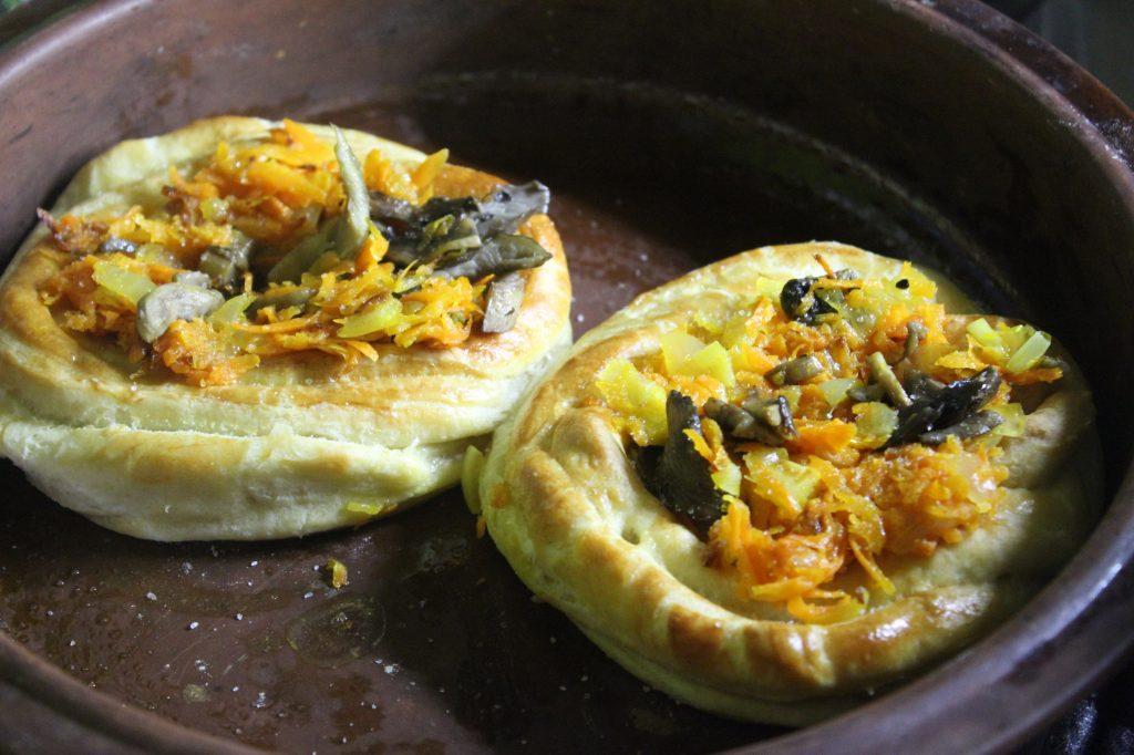 Фото рецепта - Дрожжевые слойки с грибами и перепелиными яйцами - шаг 9
