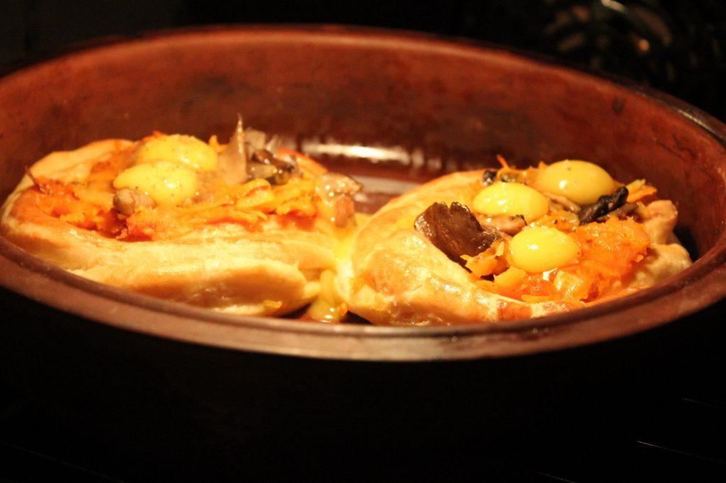 Фото рецепта - Дрожжевые слойки с грибами и перепелиными яйцами - шаг 10