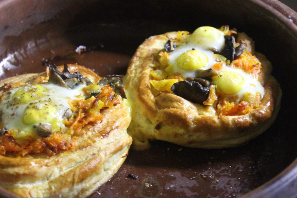 Фото рецепта - Дрожжевые слойки с грибами и перепелиными яйцами - шаг 11