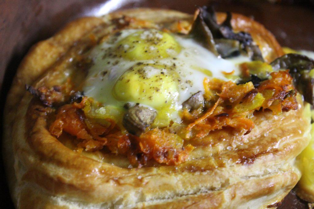 Фото рецепта - Дрожжевые слойки с грибами и перепелиными яйцами - шаг 12